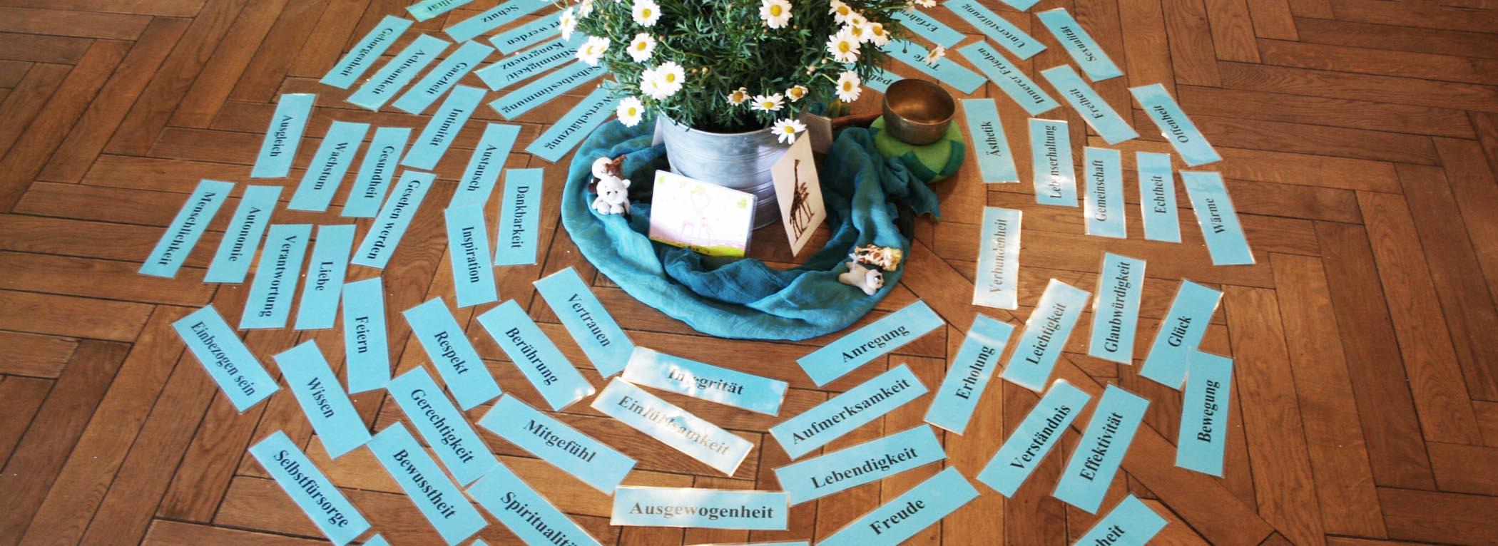 Karten liegen im Kreis um eine Vase